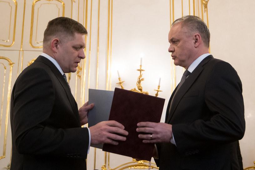 Prezydent Andrej Kiska (z prawej) przyjmuje rezygnację Roberta Fico /AFP