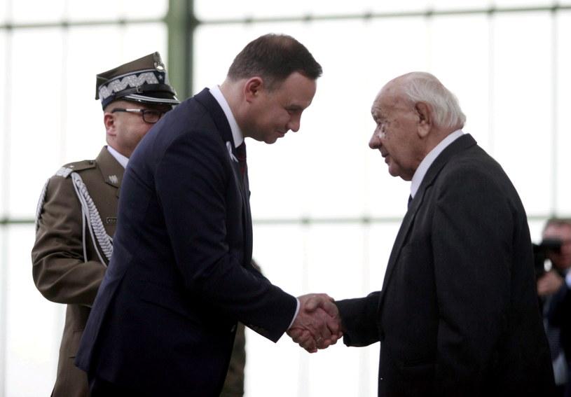 Prezydent Andrzej Duda (2L) wręcza awans na stopień generała brygady płk. Ludwikowi Krempie (P) /Marek Zimny /PAP