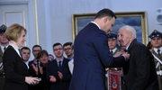 Prezydent Andrzej Duda (C) odznaczył Krzyżem Kawalerskim Orderu Odrodzenia Polski żołnierza wojny obronnej 1939 r. Mieczysława Jastrzębskiego (P)