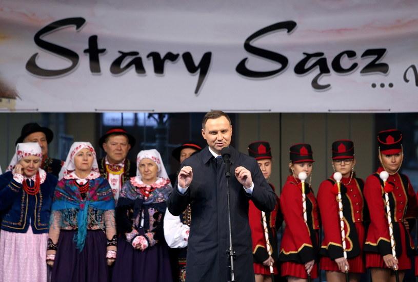 Prezydent Andrzej Duda (C) przemawia na rynku w Nowym Sączu /Grzegorz Momot /PAP