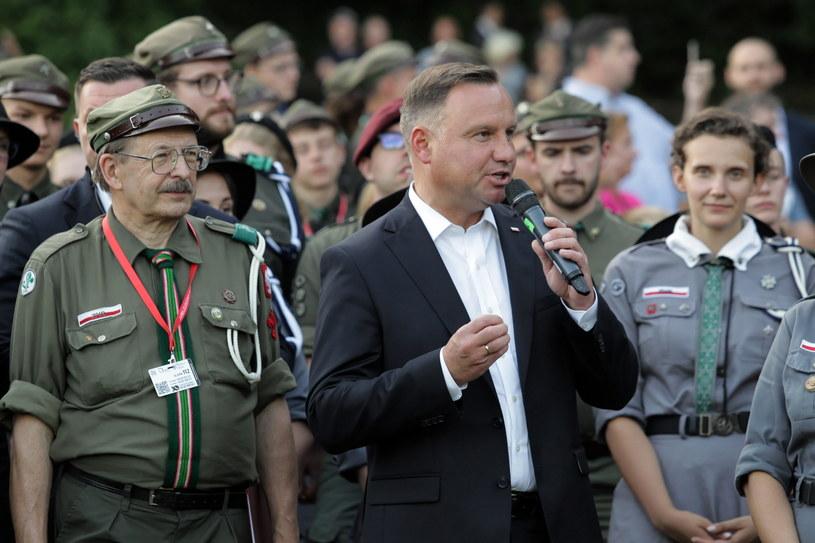 Prezydent Andrzej Duda (C) spotkał się z harcerzami biorącymi udział w zlocie 30-lecia ZHR /Tomasz Waszczuk /PAP