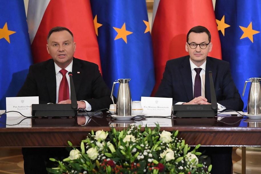 Prezydent Andrzej Duda i premier Mateusz Morawiecki podczas posiedzenia Rady Gabinetowej / Radek Pietruszka   /PAP