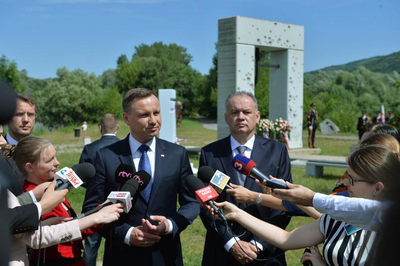 Prezydent Andrzej Duda i prezydent Słowacji Andrej Kiska przed Bramą Wolności w Bratysławie /Jacek Turczyk /PAP