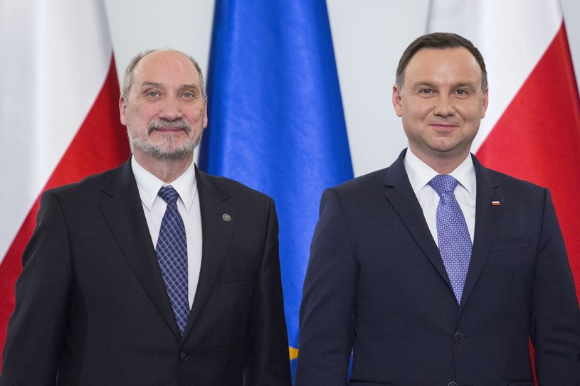 Prezydent Andrzej Duda i szef MON Antoni Macierewicz /Andrzej Hulimka  /Reporter