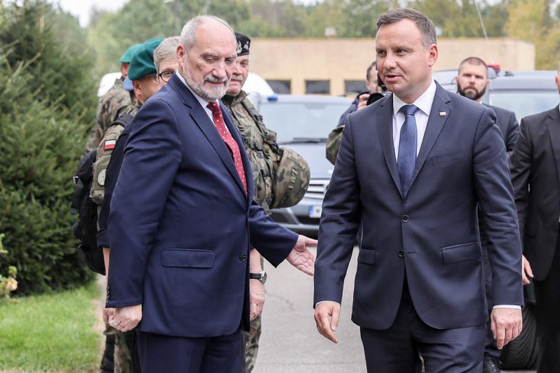 Prezydent Andrzej Duda i szef MON Antoni Macierewicz /Robert Stachnik /Reporter