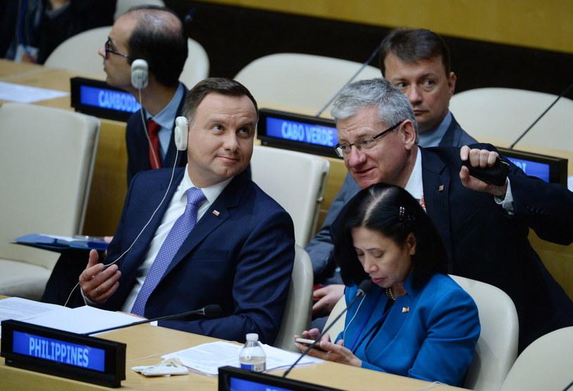 Prezydent Andrzej Duda i towarzyszący mu minister spraw wewnętrznych i administracji Mariusz Błaszczak /Jacek Turczyk /PAP