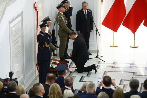 Prezydent Andrzej Duda klęczy przed tablicą upamiętniającą Lecha Kaczyńskiego /Rafał Guz   /PAP