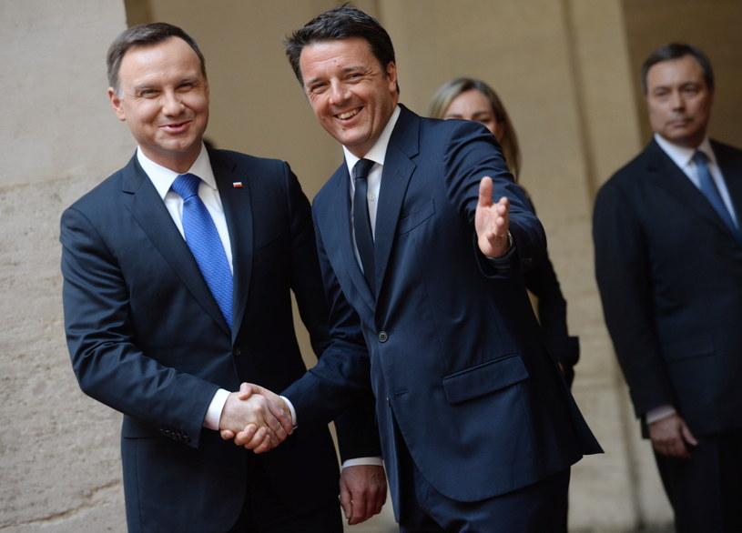 Prezydent Andrzej Duda (L) i premier Włoch Matteo Renzi (2L) podczas ceremonii powitania na dziedzińcu Palazzo Chigi w Rzymie /Jacek Turczyk  (PAP) /PAP