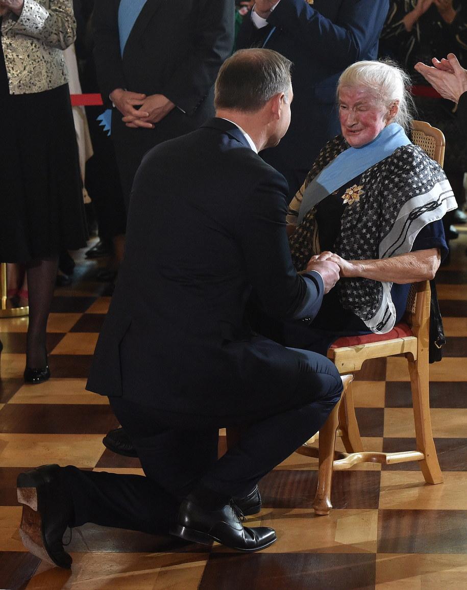 Prezydent Andrzej Duda (L) odznaczył Orderem Orła Białego doktor nauk medycznych oraz specjalistkę w dziedzinie psychiatrii, profesor Papieskiej Akademii Teologicznej, harcerkę, działaczkę pro-life Wandę Półtawską /Radek Pietruszka /PAP