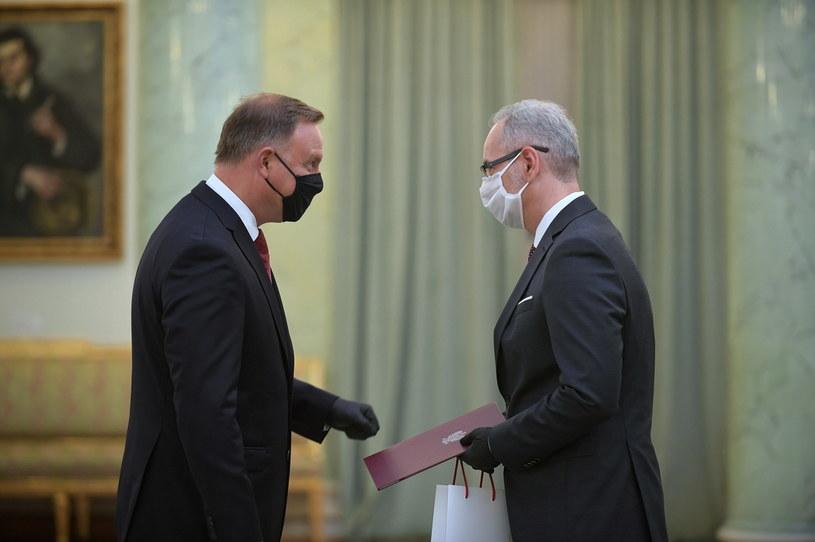 Prezydent Andrzej Duda (L) podczas powołania Adama Niedzielskiego (P)