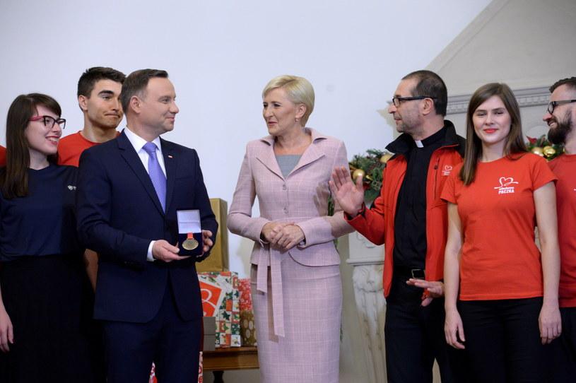 Prezydent Andrzej Duda (L) z małżonką Agatą Kornhauser-Dudą (2L) wzięli udział w przygotowaniu Szlachetnej Paczki /Jacek Turczyk /PAP