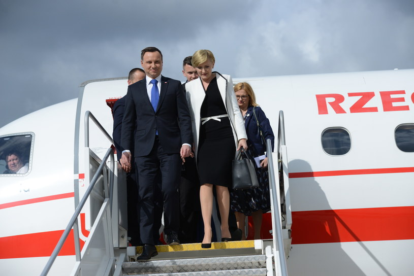 Prezydent Andrzej Duda (L) z żoną Agatą Kornhauser-Dudą (P) na rzymskim lotnisku /Jacek Turczyk /PAP