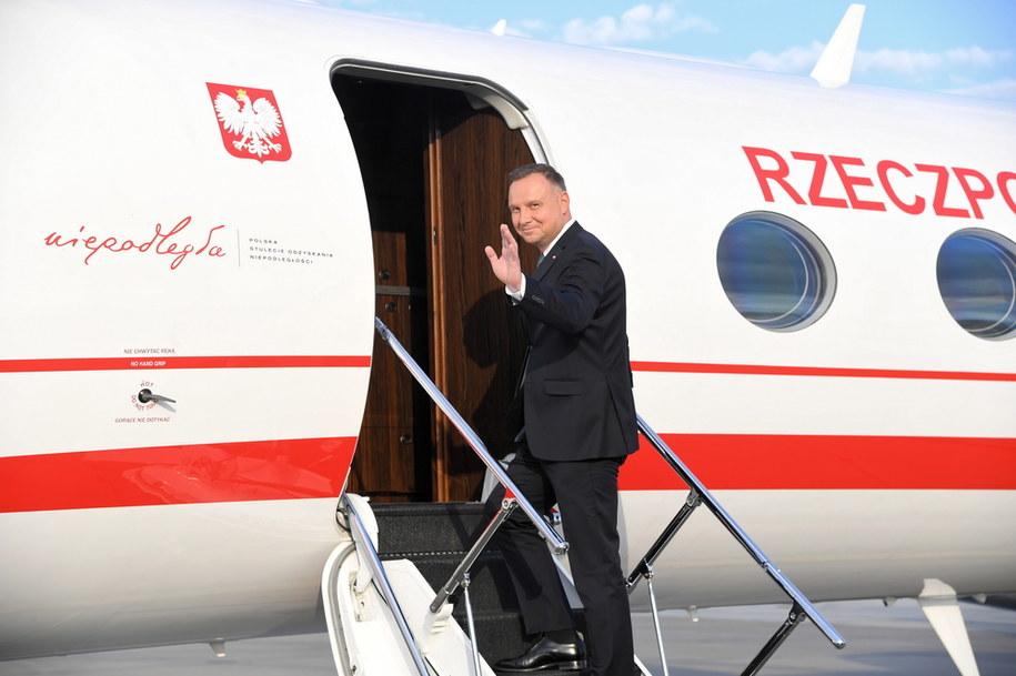 Prezydent Andrzej Duda na lotnisku w podkrakowskich Balicach tuż przed wylotem do Waszyngtonu na spotkanie z prezydentem USA Donaldem Trumpem /Jacek Bednarczyk   /PAP