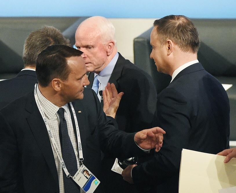 Prezydent Andrzej Duda (P), były minister spraw zagranicznych Radosław Sikorski (L) oraz senator USA John McCain /Radek Pietruszka /PAP