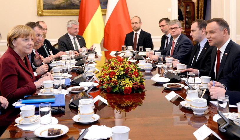 Prezydent Andrzej Duda (P) i kanclerz Niemiec Angela Merkel (L) podczas rozmów delegacji Polski i Niemiec w trakcie spotkania w Pałacu Prezydenckim w Warszawie /Jacek Turczyk /PAP