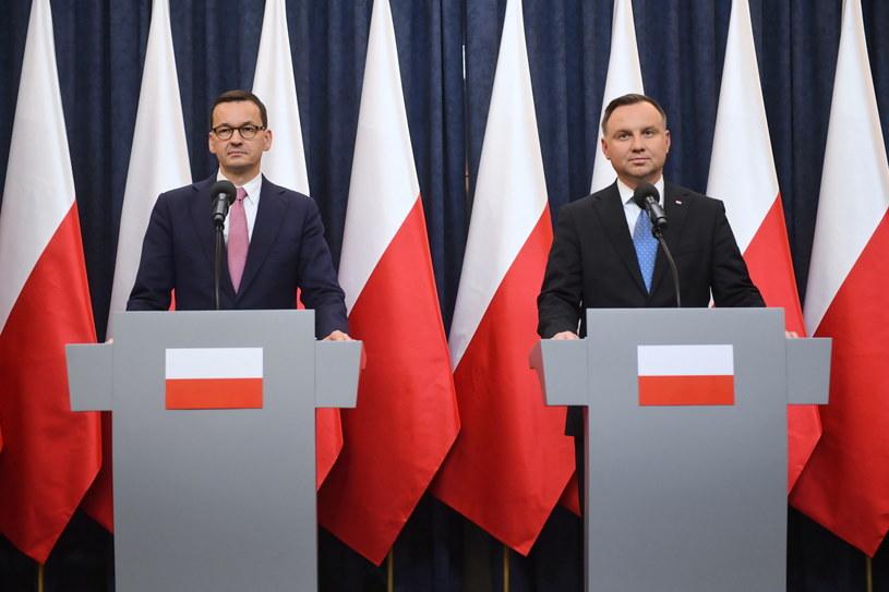 Prezydent Andrzej Duda (P) oraz premier Mateusz Morawiecki (L) / Radek Pietruszka   /PAP