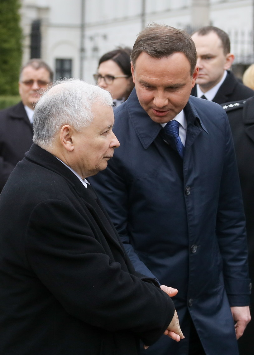 Prezydent Andrzej Duda (P) oraz prezes PiS Jarosław Kaczyński (L) po przemówieniu, w trakcie uroczystości w 6. rocznicę katastrofy smoleńskiej /Paweł Supernak /PAP