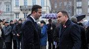 Prezydent Andrzej Duda (P) rozmawia z prezesem Polskiego Stronnictwa Ludowego Władysławem Kosiniakiem-Kamyszem (L) po tym, jak złożył kwiaty przed pomnikiem Wincentego Witosa w Warszawie, w Święto Niepodległości