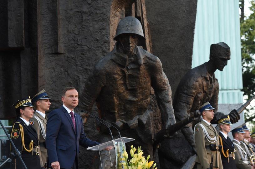 Prezydent Andrzej Duda podczas Apelu Pamięci przed pomnikiem Powstania Warszawskiego /Radek Pietruszka /PAP