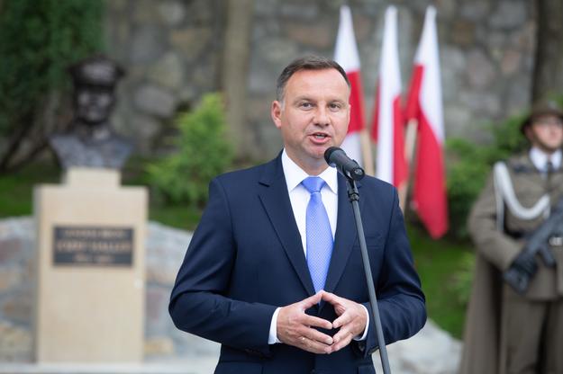 Prezydent Andrzej Duda podczas odsłonięcia pomnika generała broni Józefa Hallera /Jacek Bednarczyk   /PAP
