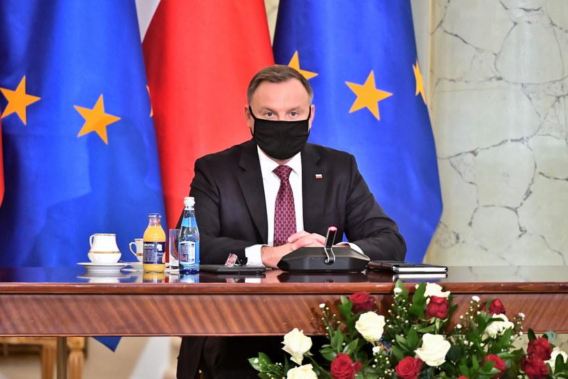 Prezydent Andrzej Duda podczas spotkania z organizacjami zaangażowanymi w walkę ze skutkami pandemii koronawirusa /Andrzej Lange /PAP