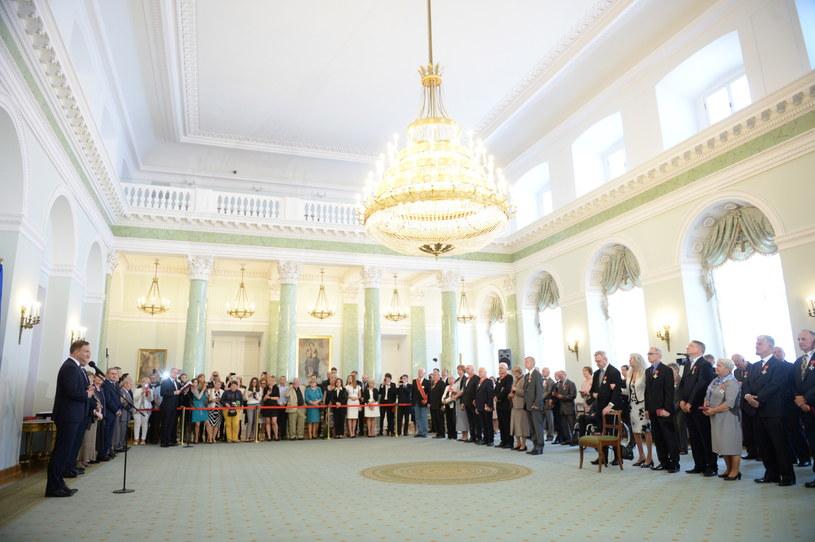Prezydent Andrzej Duda, podczas uroczystości na której wręczył odznaczenia państwowe zasłużonym działaczom opozycji demokratycznej /Jacek Turczyk /PAP