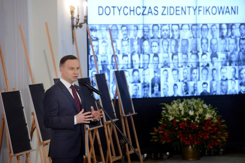 Prezydent Andrzej Duda podczas uroczystości wręczenia not identyfikacyjnych 12 członkom rodzin ofiar totalitaryzmów w Pałacu Prezydenckim /Jacek Turczyk /PAP