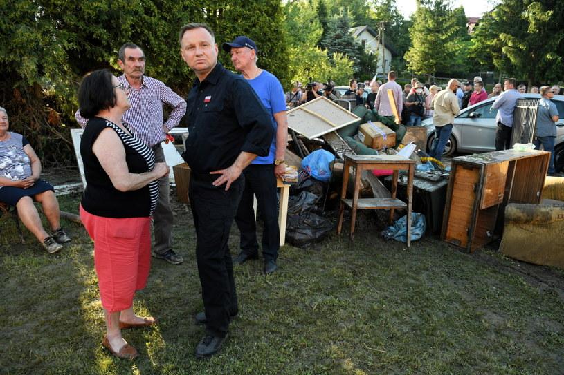 Prezydent Andrzej Duda podczas wizyty na na terenach dotkniętych ulewami /Darek Delmanowicz /PAP
