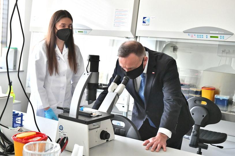 Prezydent Andrzej Duda podczas wizyty w Centrum Badawczo-Rozwojowym Celon Pharma S.A. w Kazuniu Nowym /Andrzej Lange /PAP