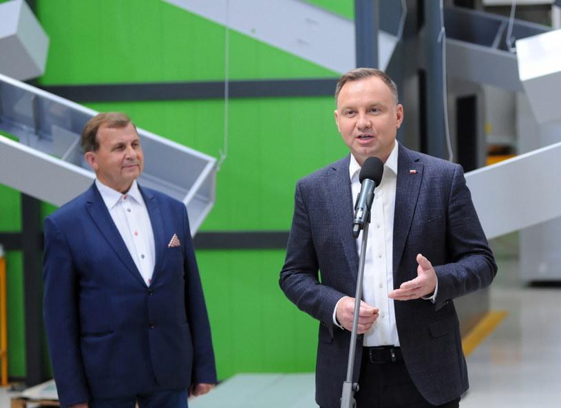 Prezydent Andrzej Duda podczas wypowiedzi dla mediów w siedzibie firmy Wireland w Bytowie /Piotr Kowala /PAP
