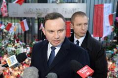 Prezydent Andrzej Duda przed ambasadą Francji w Warszawie