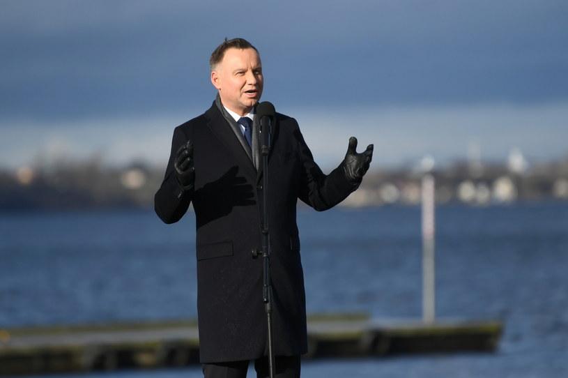 Prezydent Andrzej Duda przemawia na terenie Portu Rybackiego w Pucku / Adam Warżawa    /PAP