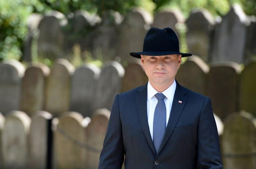 Prezydent Andrzej Duda przy grobie ofiar na cmentarzu żydowskim w dzielnicy Pakosz w Kielcach /Piotr Polak /PAP