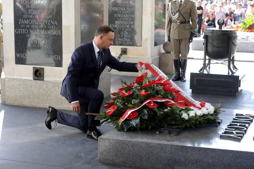 Prezydent Andrzej Duda składa kwiaty przed Grobem Nieznanego Żołnierza /Tomasz Gzell /PAP