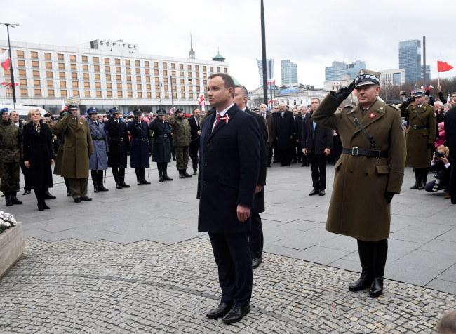 Prezydent Andrzej Duda składa kwiaty przed pomnikiem Józefa Piłsudskiego na placu Piłsudskiego w Warszawie /PAP