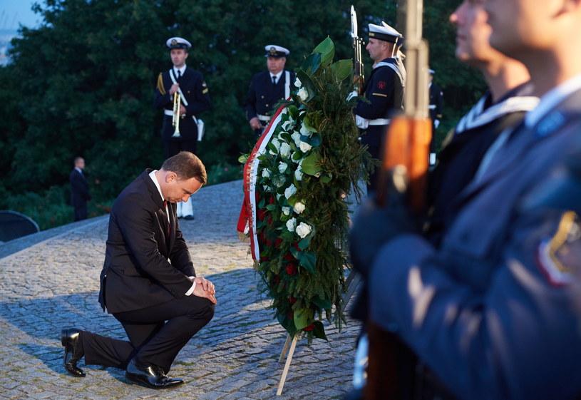 Prezydent Andrzej Duda składa kwiaty przed Pomnikiem Obrońców Wybrzeża na Westerplatte /Adam Warżawa /PAP