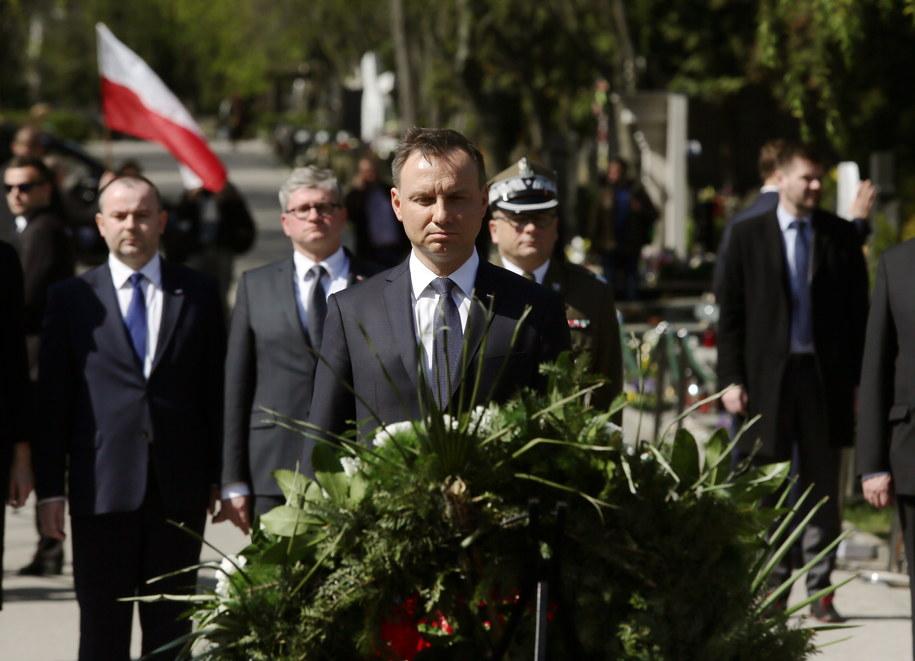 Prezydent Andrzej Duda składa kwiaty przed pomnikiem Ofiar Katastrofy Smoleńskiej na warszawskim Cmentarzu Wojskowym na Powązkach /Tomasz Gzell /PAP