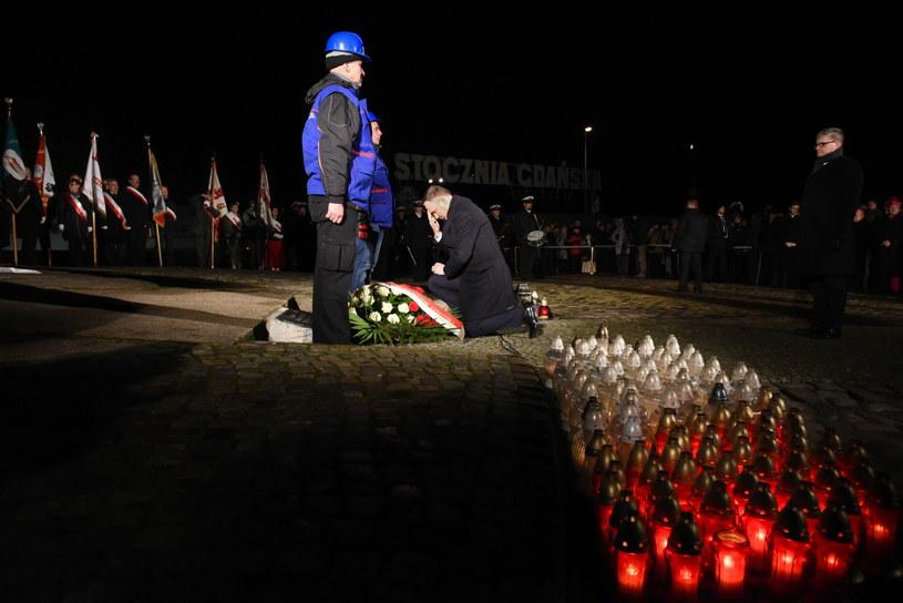 Prezydent Andrzej Duda składa kwiaty przed Pomnikiem Poległych Stoczniowców na Placu Solidarności w Gdańsku /PAP