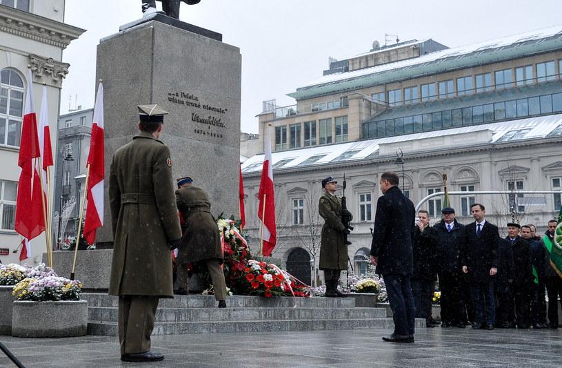 Prezydent Andrzej Duda składa kwiaty przed pomnikiem Wincentego Witosa w Warszawie /Marcin Obara /PAP