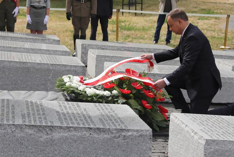 Prezydent Andrzej Duda składa wieniec przed pomnikiem Rzezi Wołyńskiej / Tomasz Gzell    /PAP