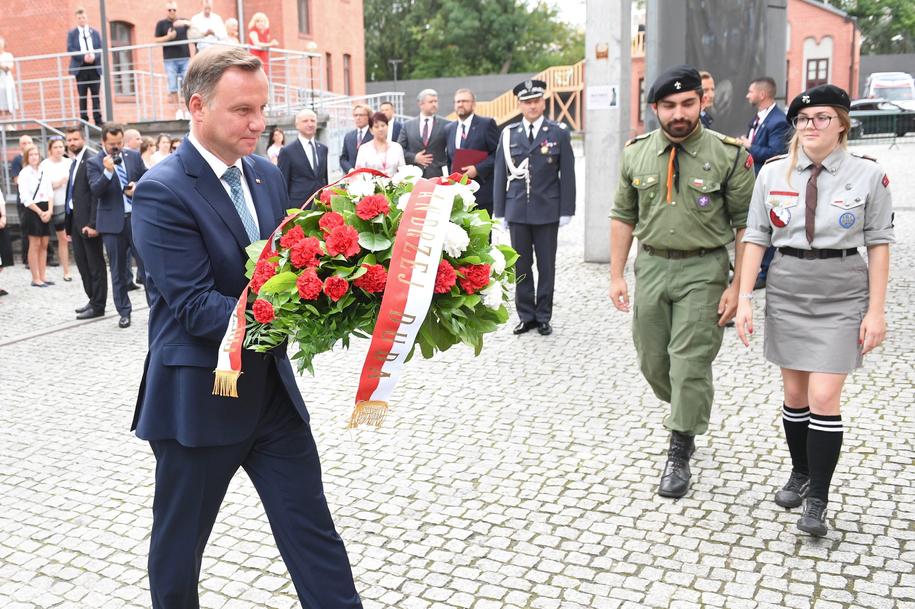 Prezydent Andrzej Duda składa wieniec przed tablicą upamiętniającą prezydenta Lecha Kaczyńskiego na dziedzińcu Muzeum Powstania Warszawskiego /Radek Pietruszka /PAP