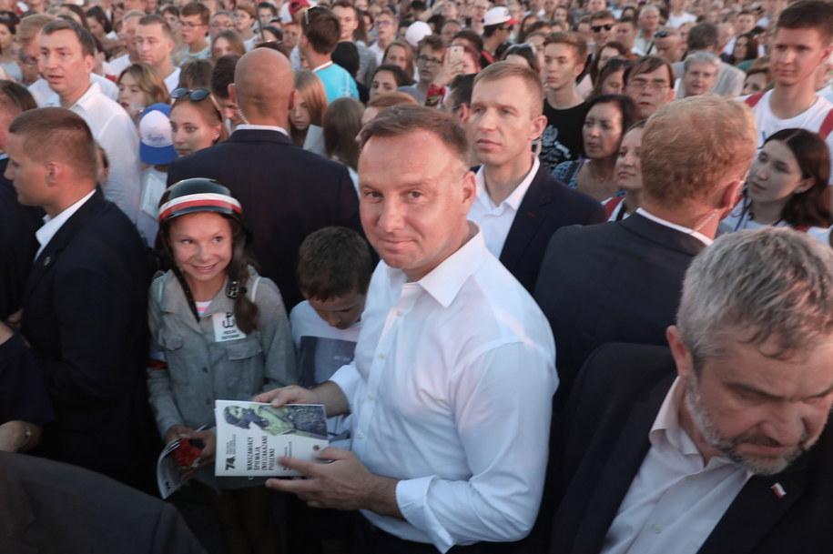 """Prezydent Andrzej Duda śpiewa """"(nie)zakazane piosenki"""" powstańcze /Tomasz Gzell   /PAP"""