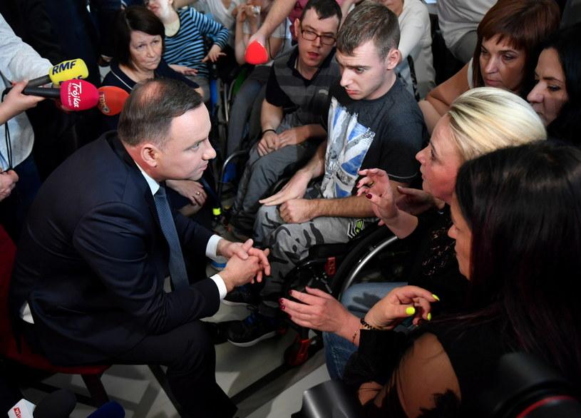 Prezydent Andrzej Duda spotkał się z uczestnikami stacjonarnego protestu rodziców osób niepełnosprawnych w Sejmie /Bartłomej Zborowski /PAP