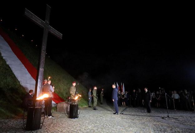 Prezydent Andrzej Duda uczestniczy w uroczystym capstrzyku pod kopcem Piłsudskiego /Jacek Bednarczyk   /PAP