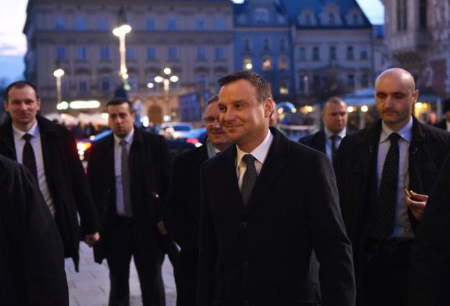 Prezydent Andrzej Duda w drodze na spotkanie z przebywającą w Polsce delegacją amerykańskich senatorów w Krakowie /Jacek Bednarczyk /PAP