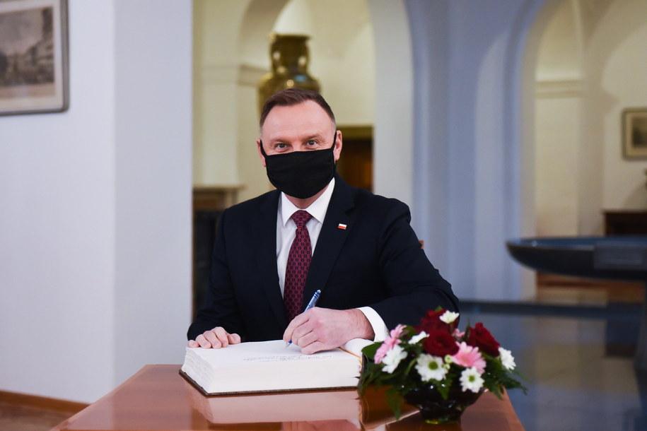 Prezydent Andrzej Duda w Pradze wpisał się do księgi pamiątkowej /HANA BROZKOVA / Office of the President of the Czech Republic / /PAP