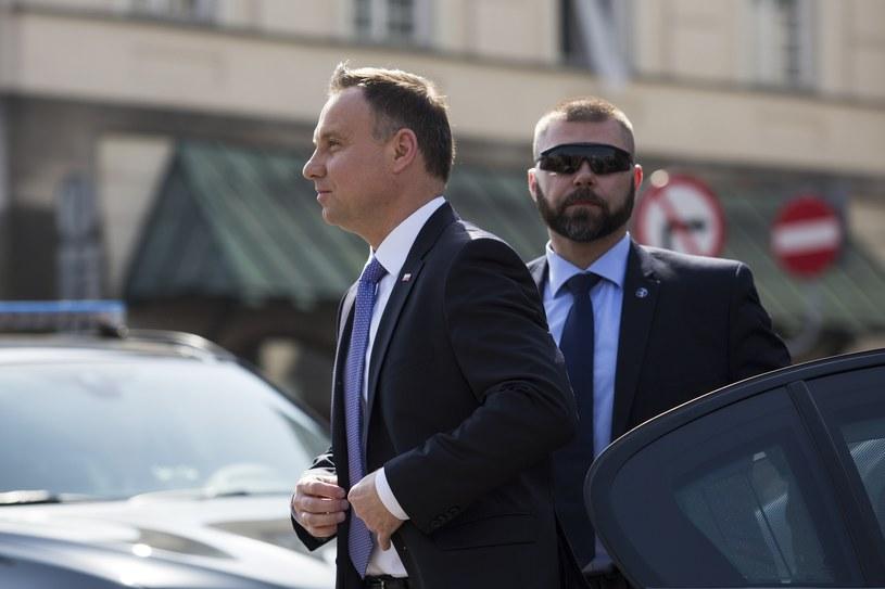 Prezydent Andrzej Duda w towarzystwie funkcjonariusza SOP /Andrzej Hulimka  /Reporter