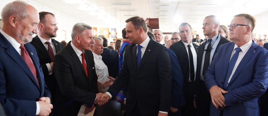 Prezydent Andrzej Duda wchodzi do historycznej sali BHP Stoczni Gdańskiej na główne uroczystości 36. rocznicy podpisania Porozumień Sierpniowych /Adam Warżawa /PAP