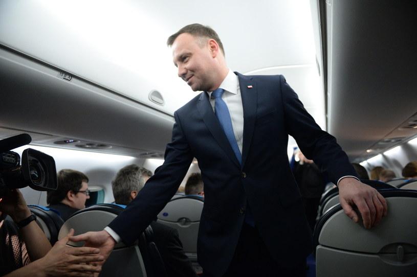 Prezydent Andrzej Duda wita się z dziennikarzami na pokładzie samolotu, przed wylotem z Krakowa do Brukseli /Jacek Turczyk /PAP