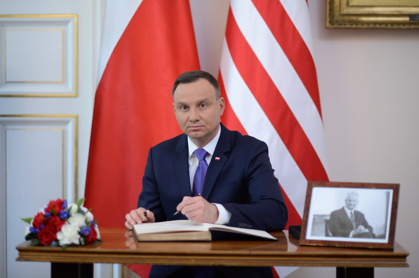 Prezydent Andrzej Duda wpisuje się do księgi kondolencyjnej poświęconej pamięci Zbigniewa Brzezińskiego /Jacek Turczyk /PAP